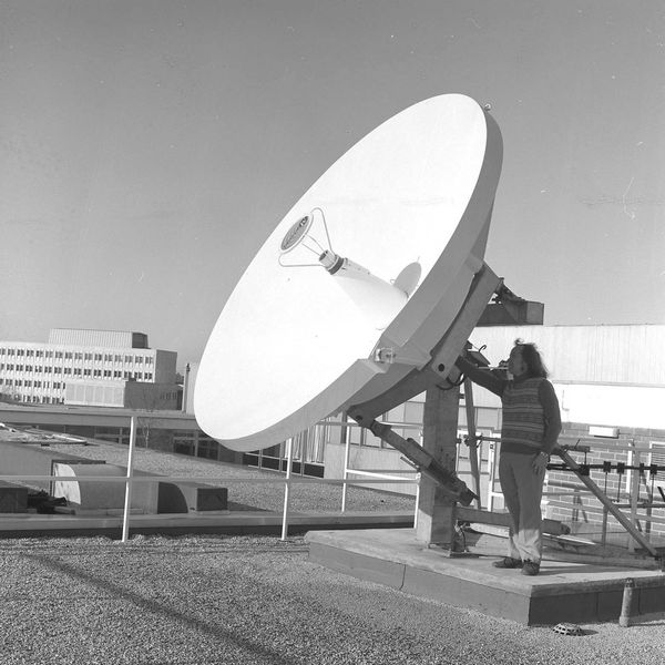 Fig 5.5 View of the dish installed on the roof of the Atlas Centre as part of the STELLA project. (30764)